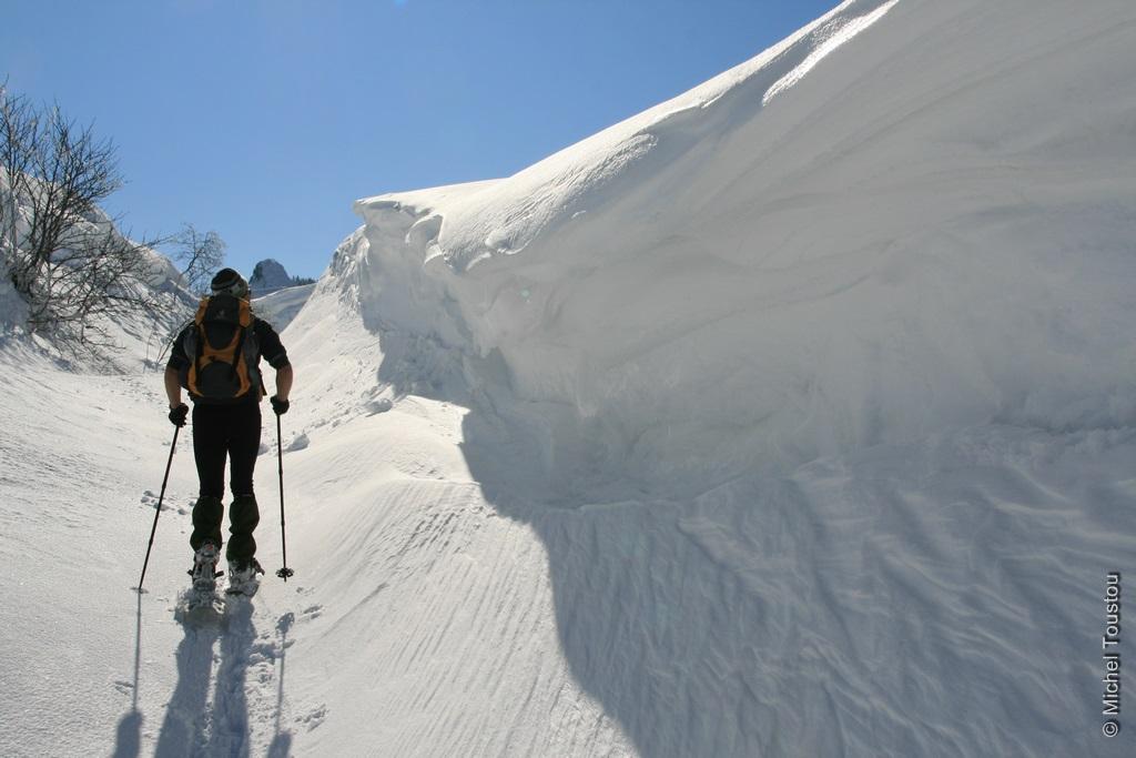 Corniche de neige sculptée par le vent