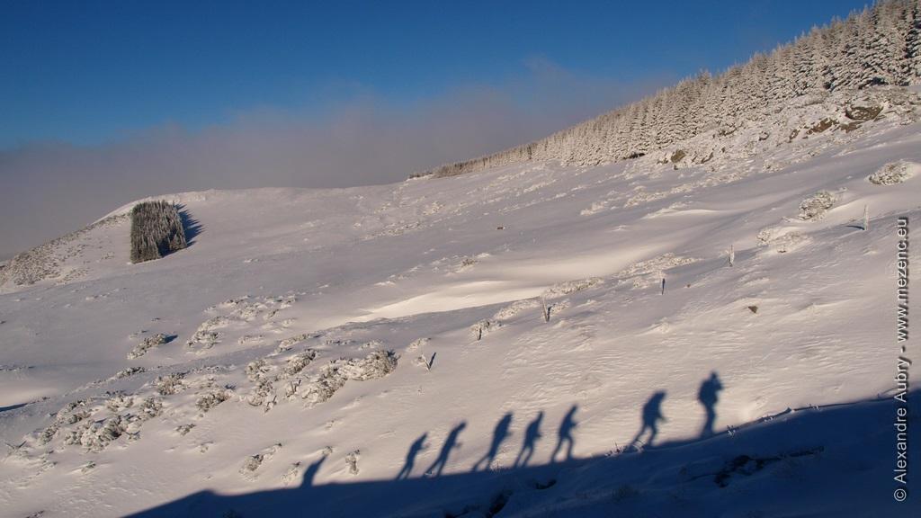 Ombre projetée des randonneurs sur la neige
