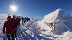 Les randonneurs près d'une ferme couverte de neige
